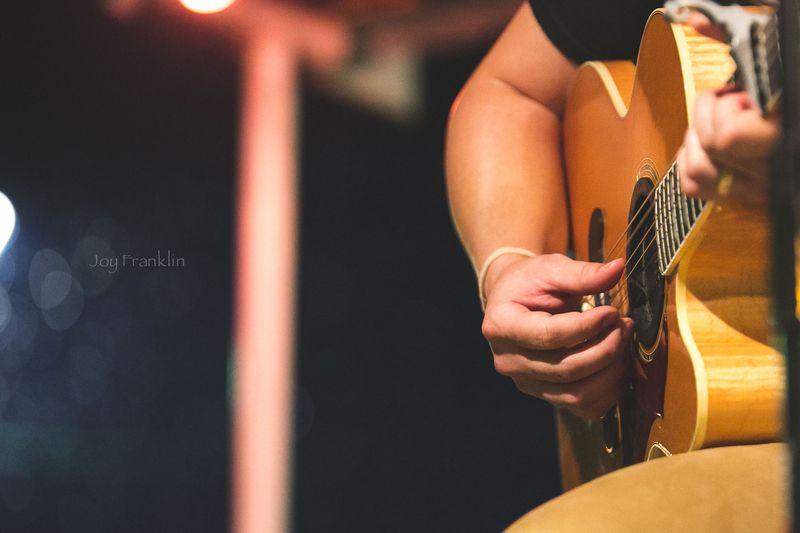 Playing Guitar -8000